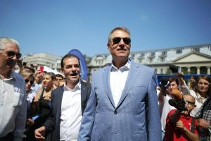 Klaus Iohannis si-a lansat campania de strangere de semnaturi, in Piata Universitatii. Presedintele are nevoie de 200.000 de semnaturi