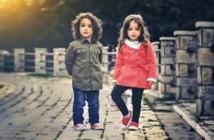Legea adoptiei: Parintii adoptivi ar putea primi 1500 de lei pe an pentru recuperarea psihologica sau medicala a copilului infiat