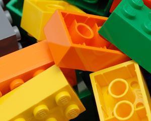 Romanii suplimenteaza educatia copiilor cu LEGO si jocuri de strategie