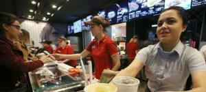 Un gigant fast food se extinde si face angajari in Romania. Ofera SALARII de PESTE 6.000 de lei