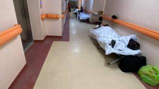 FOTO. Cum arata holurile Institutului Matei Bals din Bucuresti: Pacienii nu mai au loc in saloane si primesc oxigen de pe bancile de asteptare