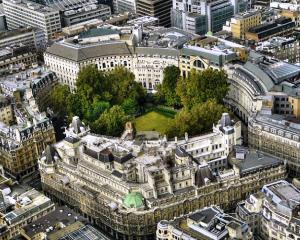 Se ingroasa gluma in Marea Britanie: Banca Angliei avertizeaza asupra riscului reintrarii in recesiune