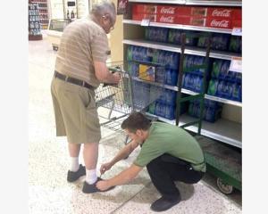 Angajatul unui magazin i-a legat sireturile unui batran aflat la cumparaturi. Ce a urmat este social media