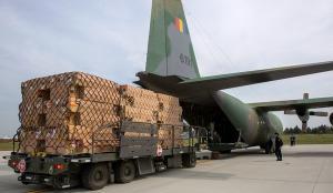 Avioanele MapN aduc in tara 100.000 de combinezoane de protectie din Germania