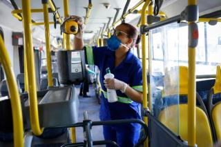 Centrele SUA pentru Controlul si Prevenirea Bolilor recomanda FERM sa se poarte masca de protectie in mijloacele de transport in comun