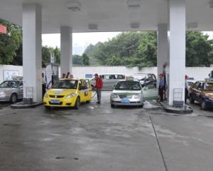 Creste pretul la benzina. Va mai permiteti masina si costurile ei?