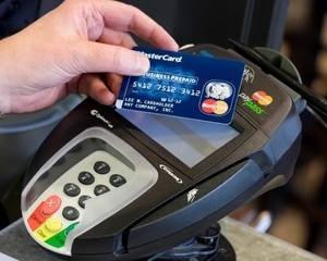 Romanii folosesc cardurile, in general, pentru plata cumparaturilor curente sau a facturilor