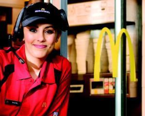 Mc Donald  s majoreaza cu 21% salariile angajatilor noi