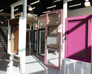 Investitie de criza: 70.000 de euro intr-un showroom de usi de garaj de peste 400 de metri patrati
