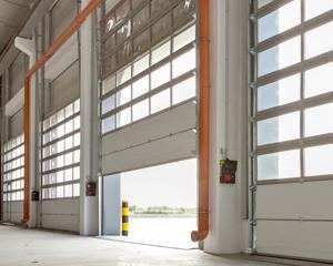 Ce companie romaneasca produce o usa de garaj o data la 15 minute