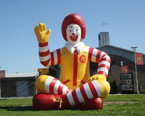 "Studiu: Copiii, ""momiti"" cu jucarii la McDonald's si Burger King"