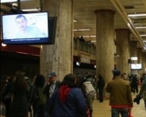 Sase din zece bucuresteni asteapta metroul cu ochii la tv