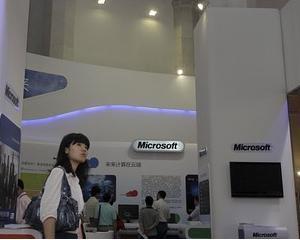 Microsoft incearca sa indulceasca disponibilizarile din China cu telefoane mobile gratuite