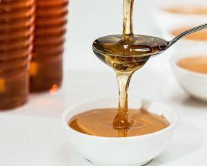 Mierea contrafacuta a invadat rafturile magazinelor. Cum recunoastem mierea naturala?