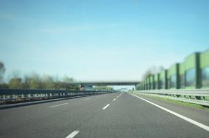 Ministerul Finantelor motiveaza propunerea de eliminare a supra-accizei la carburanti si confirma intentia de a se introduce noi taxe pentru autostrazi