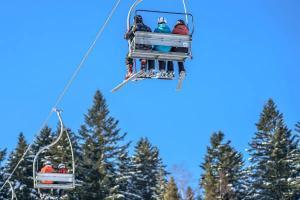 Statiune montana de la noi, arhiplina: Turistii sunt indemnati sa foloseasca mijloacele de transport in comun