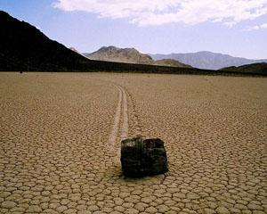 """Misterul """"pietrelor de navigatie"""" din Valea Mortii"""