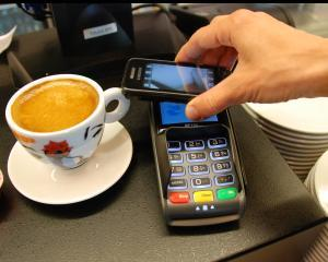Studiu: Plata cu telefonul, acceptata tot mai mult de consumatori