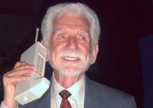 Primul telefon mobil cantarea aproape 800 de grame si costa cca 10.000 USD (la valoarea de astazi)