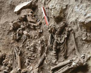 Cat de veche este cultura florilor pe mormant?