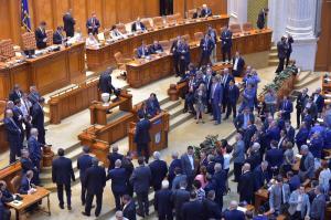 Opozitia, acuzata ca nu vrea sa dea jos Guvernul, iar motiunea e doar de fatada