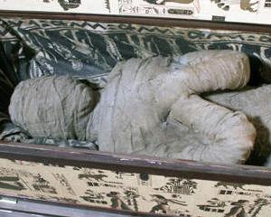 Cadou de la bunicul, o mumie in podul casei