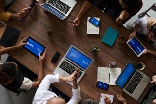 Munca hibrid este provocarea secolului pentru fiecare manager si organizatie. Tehnologia are solutii