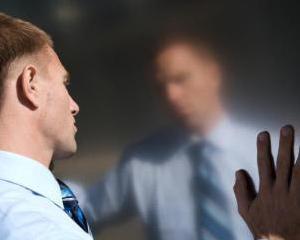ANALIZA: Ascensiunea si decaderea sefilor narcisisti