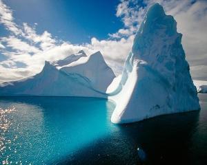 NASA: Un aisberg de sase ori mai mare ca Manhattanul s-a rupt din Antarctica si a pornit in deriva