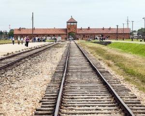 Scandalos: Un barbat face bani de pe urma victimelor Holocaustului