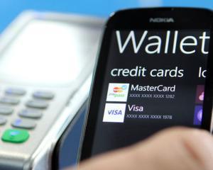 Incet, incet, cash-ul din portofele se muta pe cardurile contactless si pe telefon