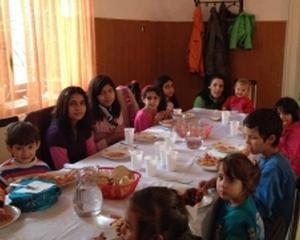 """""""O masa calda"""", proiectul care hraneste copii din familiile sarace"""