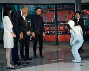 Barack Obama a jucat fotbal cu un robot japonez