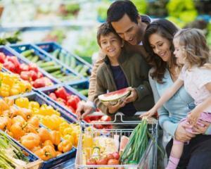 Top 3 supermarket-uri preferate de romani si bugetele alocate de acestia cumparaturilor saptamanale