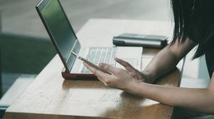 Majoritatea romanilor fac cumparaturi online in timpul programului