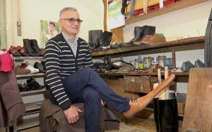 Un mester din Cluj a inventat pantofii pentru distantare sociala: Marimea lor incepe de la numarul 70