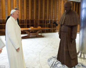 """""""CiocoPapa"""": Cum arata statuia din ciocolata a Papei, asezata la Vatican"""