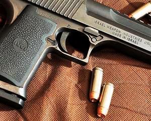 Ministrul de Interne: Cand iei permis de port-arma dai examene, dar cand iei pistol nu te intreaba nimeni nimic