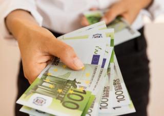 Adio cumparaturi cu bani cash? Tranzactiile in numerar - plafonate la 10.000 de euro in toata Uniunea Europeana