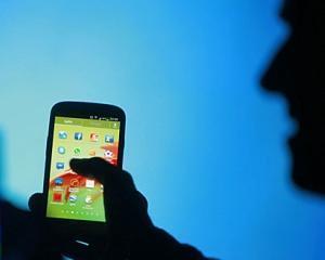 Participantii la Festivalul PLAI isi pot incarca gratuit telefoanele la standul EuroGsm