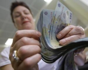 Salariul mediu net a crescut cu 35 de lei