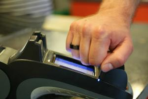 Se testeaza platile fara card si contact: Vom plati cu inele si bratari digitale