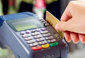 Oamenii platesc tot mai des cu cardul. Veniturile companiei Visa au crescut cu 9% la final de 2017