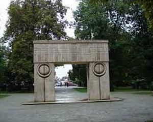Poarta Sarutului, martora a trei casatorii, cu ocazia Sf. Valentin