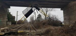 Drumurile din Romania, pericol public:  O bucata de beton dintr-un pod uzat a cazut pe calea ferata