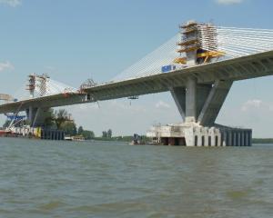 Podul dintre faliment si succes. Unii pierd, altii castiga, Dunarea curge in continuare
