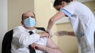 Premierul Frantei s-a filmat cand se vaccineaza cu serul AstraZeneca. Franta reia vaccinarea cu AstraZeneca