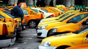 Sute de taximetristi protesteaza in Piata Constitutiei. Cer disparitia Uberistilor