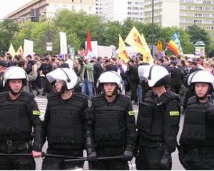 Peste 100 de salariati din metalurgie si siderurgie protesteaza in Piata Victoriei