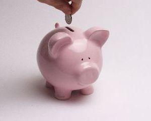 Persoanele fizice si cele juridice tin mai multi bani in banci fata de anul trecut